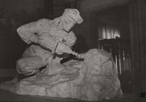 "Скульптура ""Шахтар"" в експозиції музею"