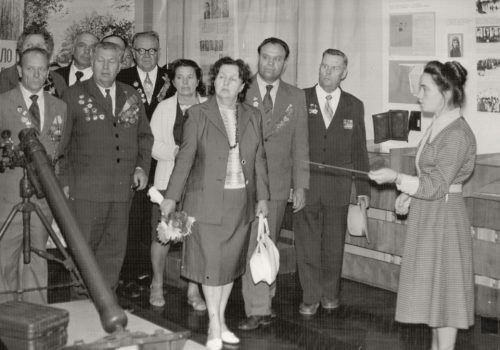 Екскурсія ветеранам у третій залі музею Комсомольської слави