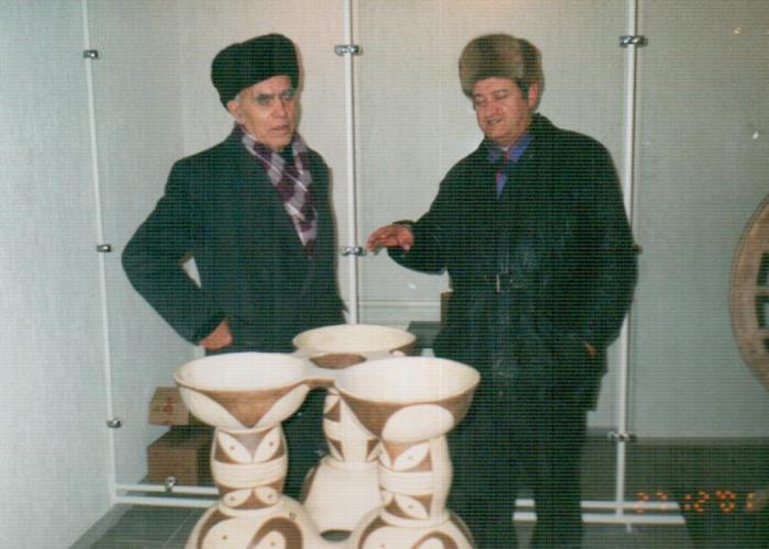Микола Городиський та Михайло Сікорський в третьому залі музею перед триноклевидною посудиною, 2001 р.