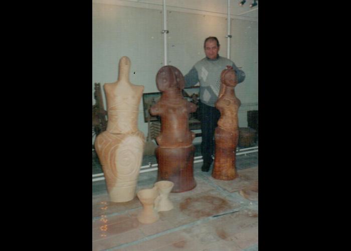 Реконструкція музею у 2002 р. Жіночі статуетки, які помістили на дах будівлі