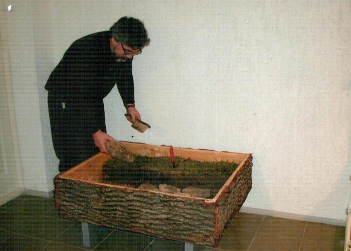 Михайло Відейко працює над реконструкцією залишків житла трипільської культури, 2002 рік