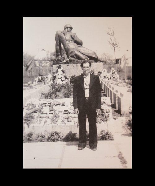 М.Т. Приходько біля меморіалу  слави в с. Трипіллі. 1983 р.