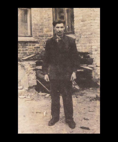 М. Т. Приходько на фоні будівлі  школи-інтернат. 1967 р.
